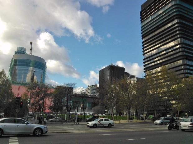 Azca, un barrio de torres de oficinas con muchos de los problemas del urbanismo de separación de tráficos de la década de 1960