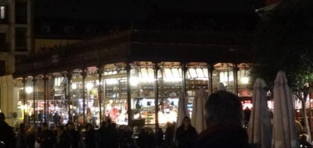 Vista nocturna del Mercado de San Miguel