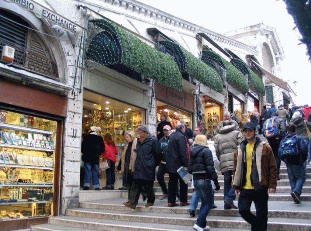 La calle interior del Puente de Rialto: tiendas para turistas, sin vistas al Gran Canal...
