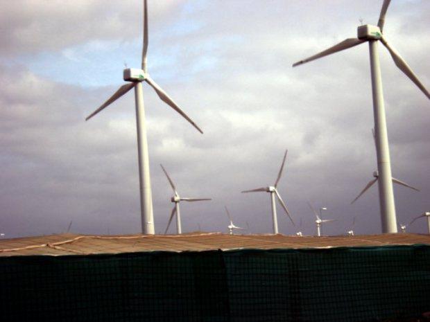Aerogeneradores en Gran Canaria. A su pies, invernaderos agrícolas