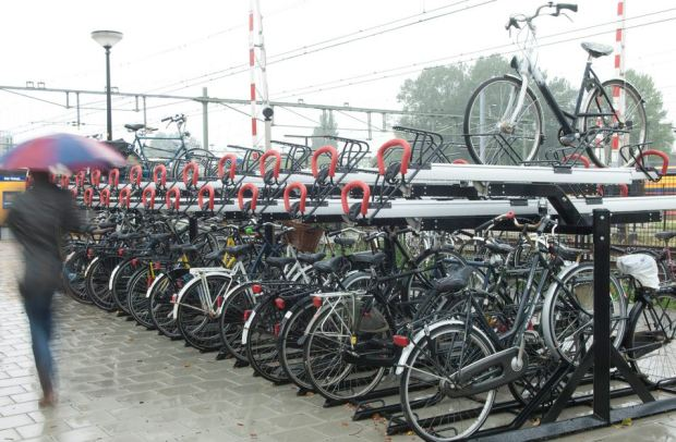 Aparcamiento de bicicletas en la estación ferroviaria de Alkmaar, modelo de la firma de mobiliario urbano holandesa VelopA