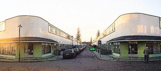 La entrada al barrio, con las dos tiendas