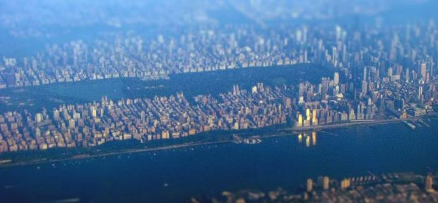 Foto aérea de Manhattan desde el Oeste tomada por blueridgekitties. Puede accederse al orginal a través de http://www.flickr.com/photos/blueridgekitties/4934291515/