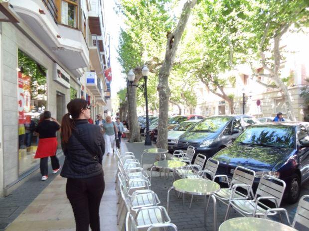 Una mañana laborable, con coches en la calle