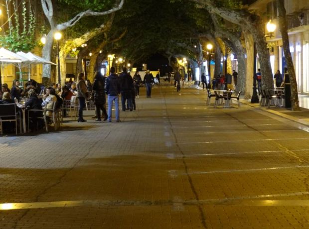 De noche, con la calle en modo peatonal