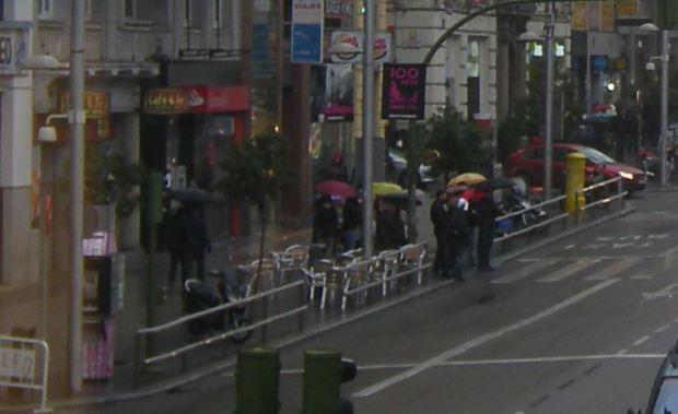Parte izquierda de la imagen grande. Pueden verse las terrazas de café, el nuevo pavimento de granito y las barreras de peatones