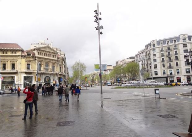 El paseo de Gracia en el cruce con Gran Vía; se puede apreciar la sencillez del mobiliario urbano en este cruce