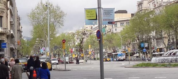 Ampliación de la imagen precedente; en realidad, el paseo cuenta con carriles centrales y carriles laterales para servicio local, separados por ramblas arboladas.