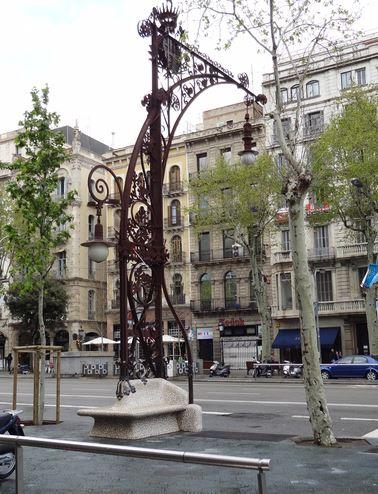 Mobiliario urbano en el tramo más Gaudí