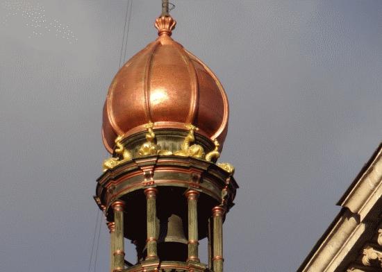 Detalles en la calle de Alcalá: el campanario ornamental de la esquina de una antigua sede bancaria (Banesto)