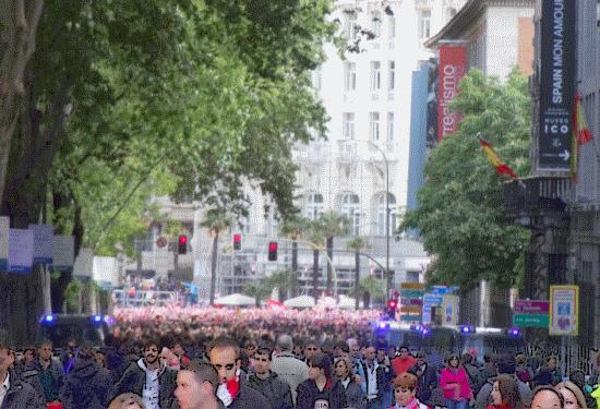 Los fans del Atleti celebrando su victoria en la plaza de Neptuno; un cambio, aunque sea temporal, respecto al ambiente más bien relamido del entorno del Ritz y el Museo Thyssen- Bornemisza