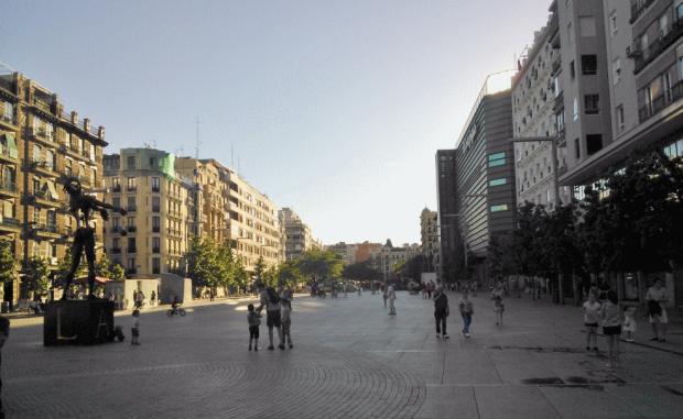 La plaza vista desde la escultura de Dalí.
