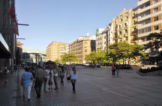 Vista de la plaza desde el oeste hacia el Palacio de Deportes