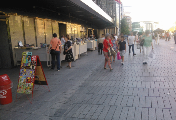 El pavimento del borde norte de la plaza, junto al Corte Inglés