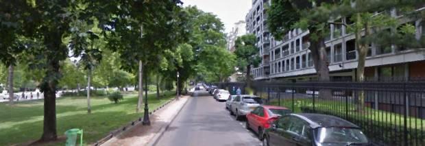 Las vías laterales: no es muy intuitivo considerar que los edificios al otro lado están en la misma calle