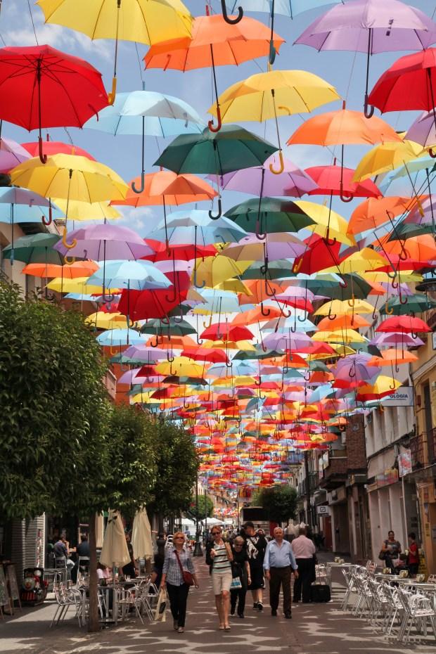 Los paraguas de Getafe, en imagen tomada de la web municipal http://getafe.es/la-calle-madrid-se-cubre-de-paraguas-de-colores-para-potenciar-el-comercio-de-la-zona-centro/