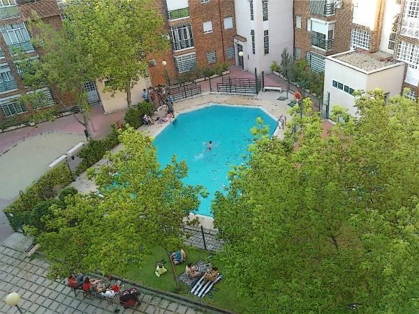 Una piscina en el patio de una manzana de Madrid Sur