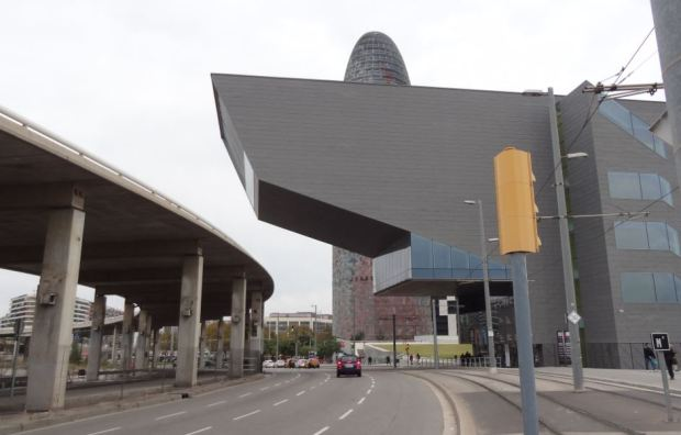 Vista desde la calle actual, con el viaducto que se desmantelará