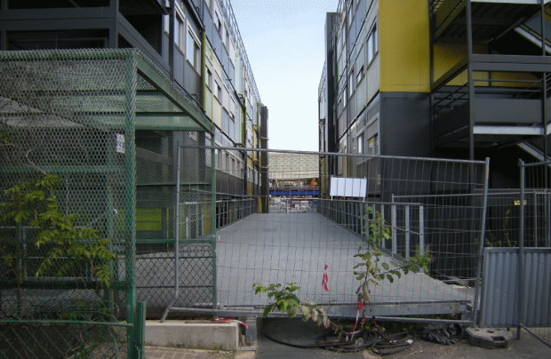 Vista de la Canopée a través de las casetas de obra