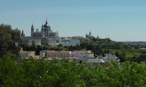 La zona vista desde el norte. El Palacio es la masa que hay bajo la cúpula de la Almudena, a la izquierda