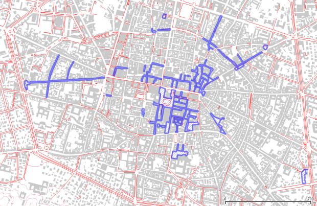 Centro de Bolonia (según cartografía abierta municipal). Rojo: aceras. Azul: calles peatonales